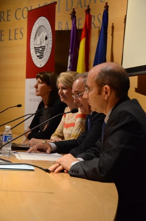 De izquierda a derecha: Antònia Perello, directora de la Abogacía de la CAIB; Nuria Riera, consellera de AA.PP. del Govern balear; Martín Aleñar, decano de los abogados de Baleares, y Felio Bauzá, abogado y miembro del Consell Consultiu de les Illes Balears