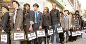 Un grupo de jóvenes hace cola en el paro a la espera de un empleo.