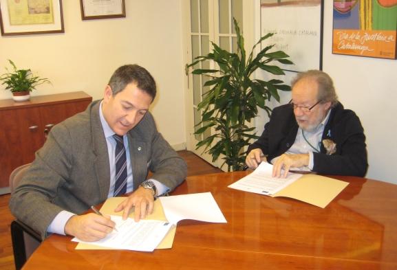 El presidente del Consell de l'Advocacia Catalana, Miquel Sàmper, durante la firma del convenio con el presidente del Colegio de Abogados Penal Internacional, Luís del Castillo Aragón.
