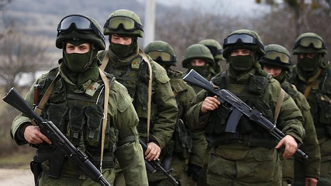 Soldados rusos sin identificar marchan por la zona ocupada de Crimea. Fuente: www.abc.es