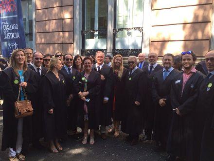 Fotografía de los miembros de la Junta de Gobierno del Ilustre Colegio de Abogados de Baleares que han participado en la concentración que ha tenido lugar hoy en Madrid.