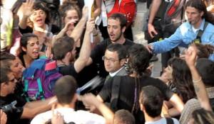 Manifestantes rodeando al diputadodel PSC Jordi Terrades