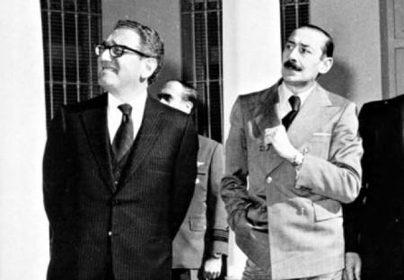 Henry Kissinger con Jorge Rafael Videla. Fuente; politique-actu.