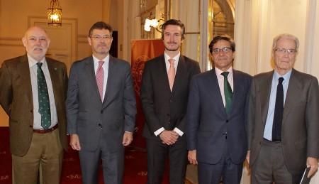 De izquierda a derecha, José Manuel Maza (Fiscal General del Estado), Rafael Catalá (Ministro de Justicia), Carlos A. Sáiz Peña (Presidente de Cumplen y Socio de Ecix Group), César Campuzano (Secretario de la Junta Directiva del Casino de Madrid) y Antonio Garrigues Walker (Presidente de Honor de Garrigues).