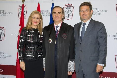 2 El nuevo decano, José María Alonso, junto a Cristina Cifuentes y Rafael Catalá