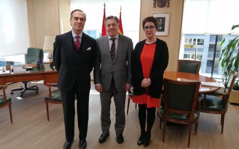 1.De izquierda a derecha, José María Alonso, Eduardo de Porres y Begoña Castro en la sede de la Audiencia Provincial de Madrid.