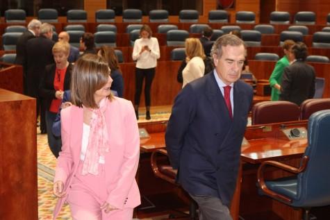 Paloma Andrade y José María Alonso en el hemiciclo de la Asamblea de Madrid
