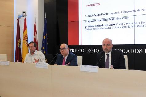 Foto 1_De izq. a dcha. el fiscal César Estirado de Cabo, el abogado Raúl Ochoa Marco y el magistrado Ignacio González Vega