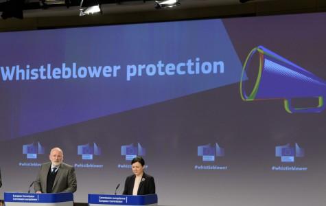 Timmermans junto a la comisaria de Justicia, Vĕra Jourová, durante la presentación de la Directiva sobre whistleblowers.