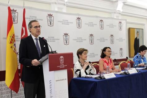 1. José María Alonso interviene en presencia de Victoria Ortega, Yolanda Ibarrola y Begoña Castro