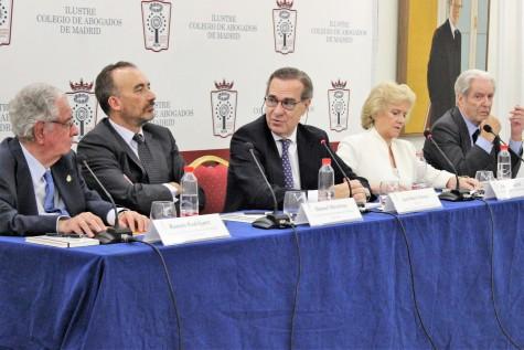 1. Vista de la mesa redonda con los ponentes Ramón Rodríguez Arribas, Manuel Marchena, José María Alonso, Soledad Becerril y Antonio Garrigues