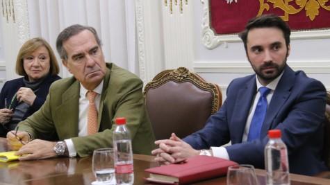 2. El decano José María Alonso, en el centro, junto a la diputada Ángela Cerrillos y el presidente de AJA Madrid, Alberto Cabello, durante la reunión celebrada hoy en el ICAM