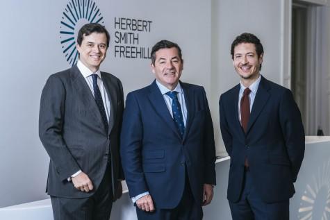 Herbert Smith Freehills integra despacho Arias