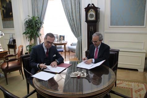 José María Alonso, decano del ICAM, y Vicente Sánchez, CEO de Wolters Kluwer España y Portugal, han firmado un acuerdo en el marco del proyecto 'Abogacía Digital ICAM'