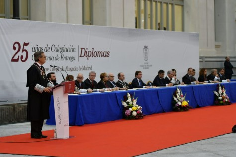 Vista de la mesa presidencial durante la entrega de diplomas del ICAM a los colegiados con 25 años de ejercicio profesional