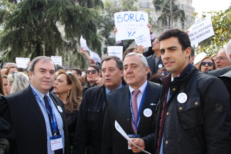 Manifestantes junto a Juan Gonzalo Ospina